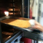 Fideos dorados en el horno
