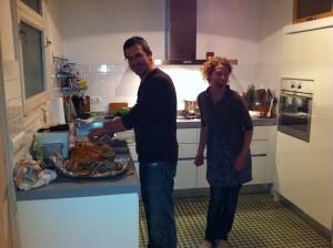 Marcos y Carrie en su cocina
