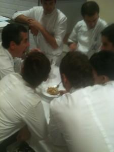 Los alumnos y Lluís catando los platos del examen