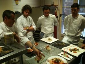 El chef evaluando los platos