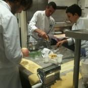 Mauricio, Lluís y Yolanda haciendo pasta