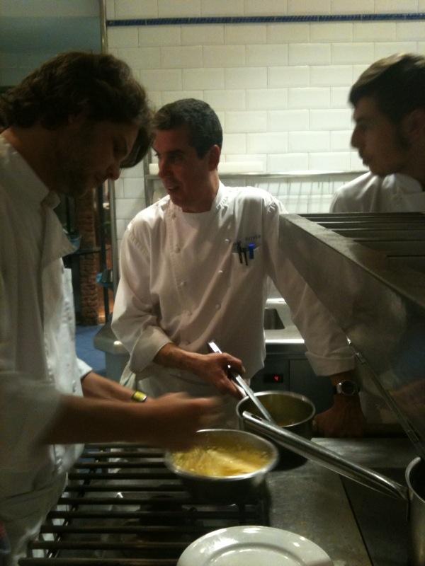 Mauricio, Lluís y Roger preparando la salsa