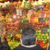 Un puesto con productos sudamericanos