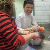 Yolanda pelando el tomate