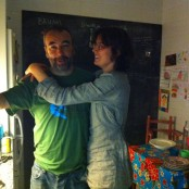 Vani y Eduardo en su cocina