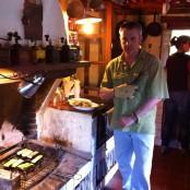 Jordi cocinando a la brasa