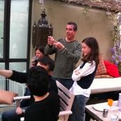Lluís haciendo un truco de magia