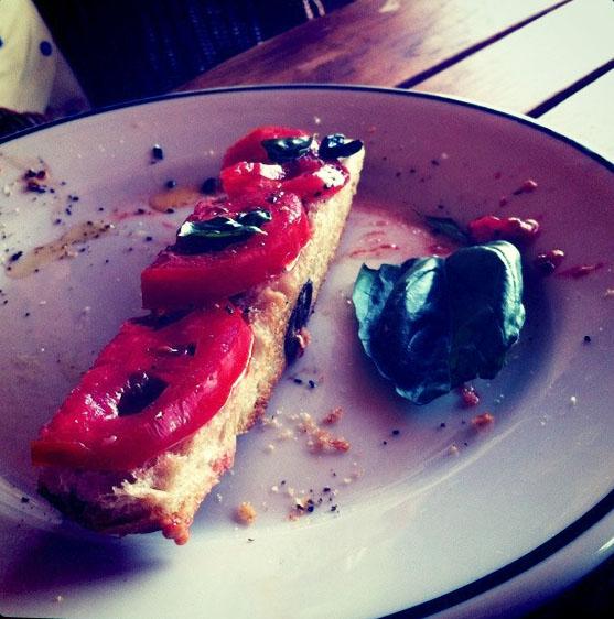 Tostada de pan de olivas