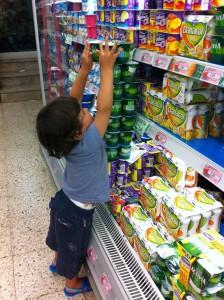 Simón haciendo castillos de yogures