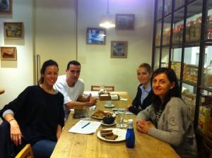 Lisi, Pere, Inés y Remei desayunando en L'Obrador
