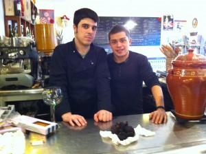Xavier Jovells y Marc Cuenca en la barra con sus 425 gr de trufa negra