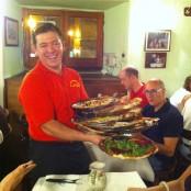 El camarero sirviendo 7 pizzas
