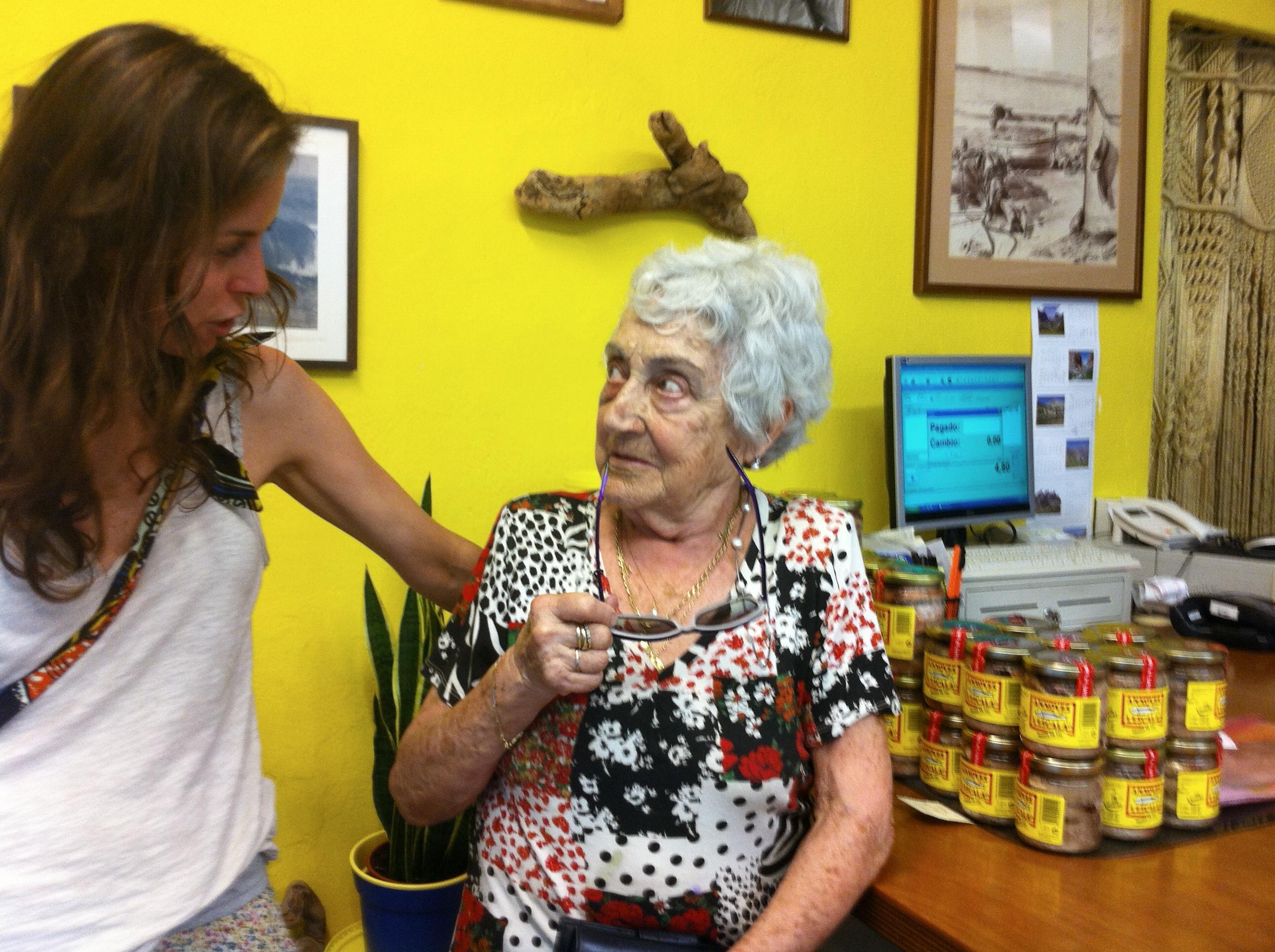 Magdalena Sureda en la tienda de Anxoves de l'Escala