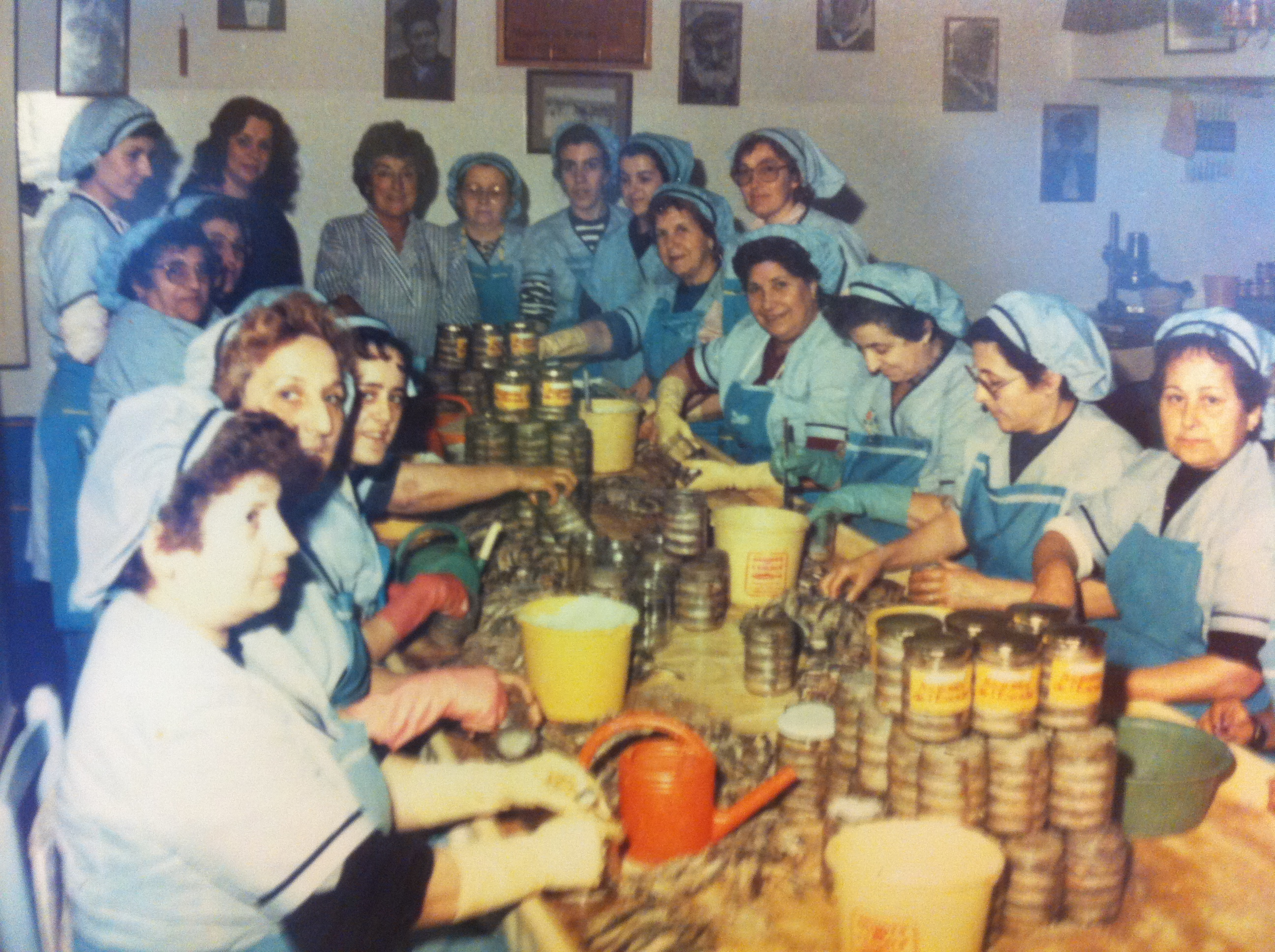 Las trabajadoras de Anxoves de l'Escala preparando el pescado