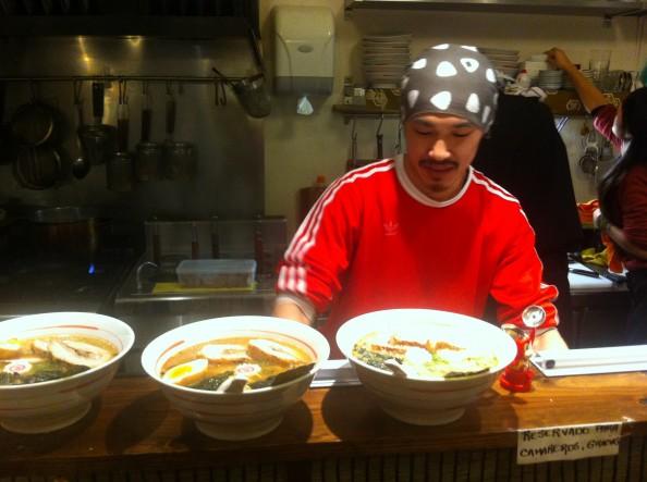 El chef Hiro en la cocina y 3 boles de ramen