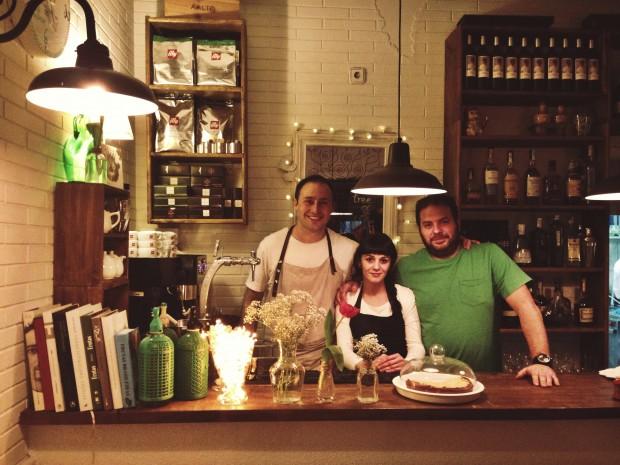 Toni, Mónica y Martín en la barra del Santa Gula