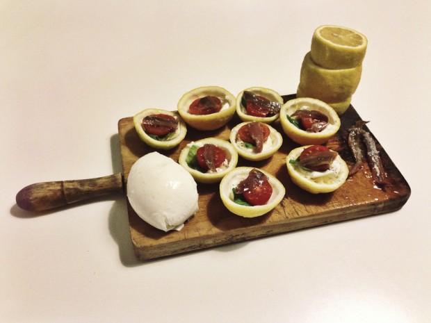 limones al horno rellenos de mozzarella, albahaca y anchoa