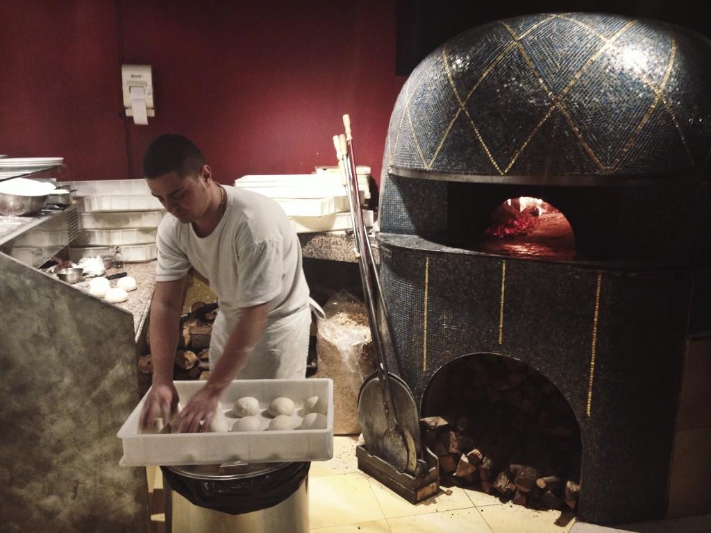 Umberto haciendo la masa de las pizzas