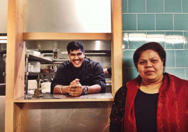 Ivan asomando en la cocina y su madre en la caja