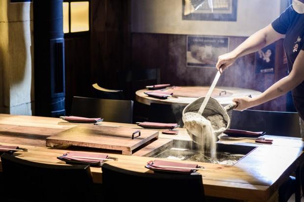 Preparando las brasas del sumiyaki