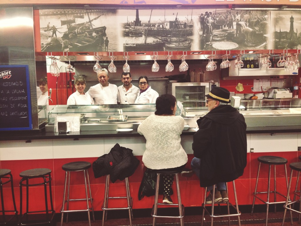 Sonia, Paco, Rafa y Satur detrás de la barra del Joan Noi