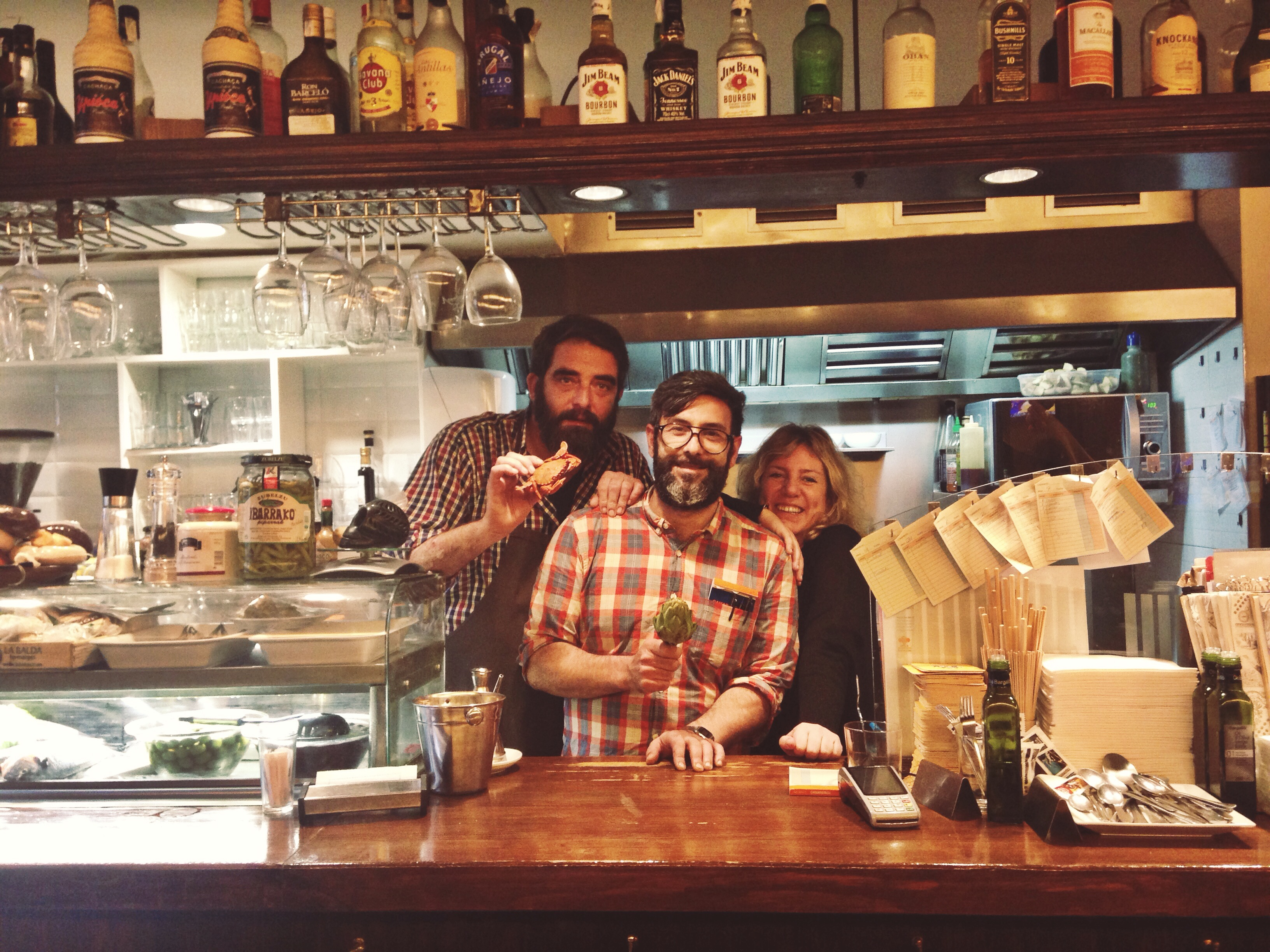 Franc, Benito y Xènia en la barra de la Taverna Mediterrània