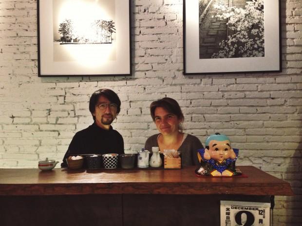 Tina Bagué y Tory Morimoto bajo algunas de sus fotografías en el Akashi