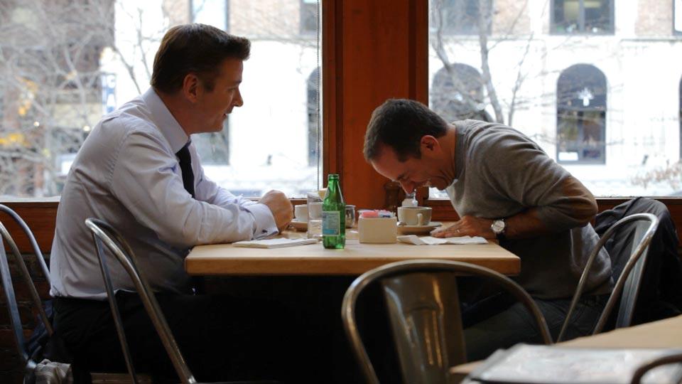 Alec Baldwin y Jerry Seinfield tomando café
