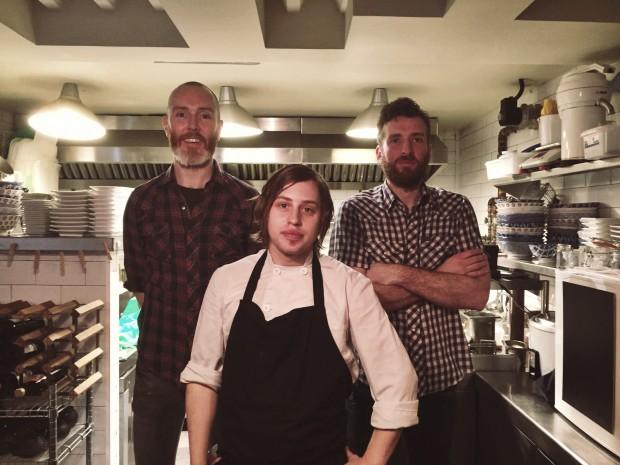 Mark, Bobby y Ross en la cocina del Koku Kitchen