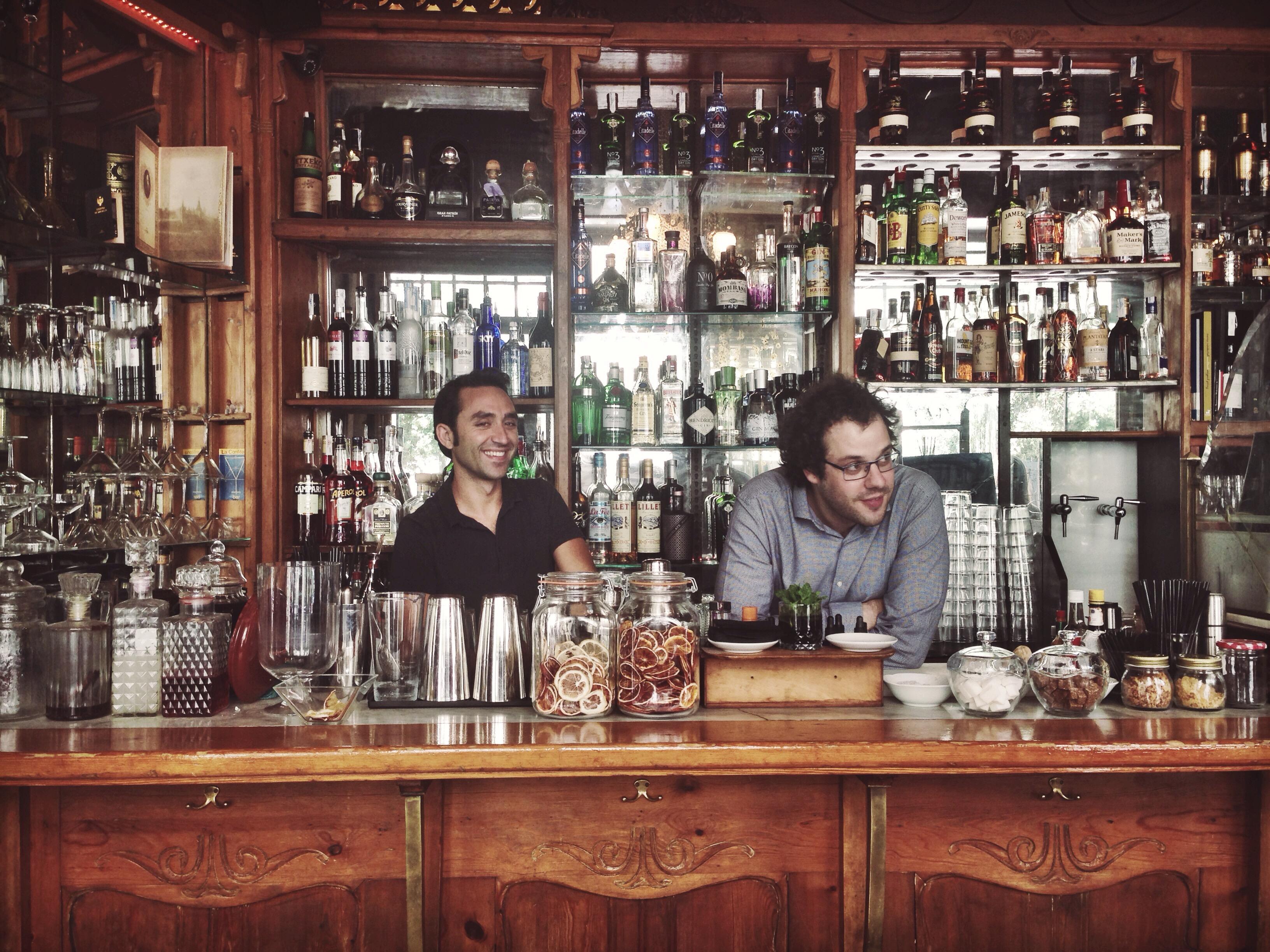 Enric y Lito, los socios, detrás de la barra de La Confitería
