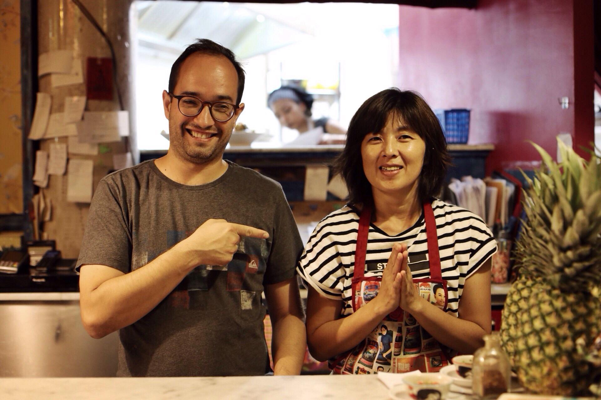 Dani y Pui detrás de la barra del Petit Bangkok