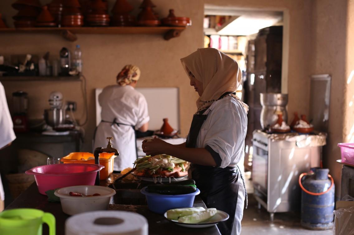 Las cocineras en la cocina (que cocinan a la luz de las velas por la noche)