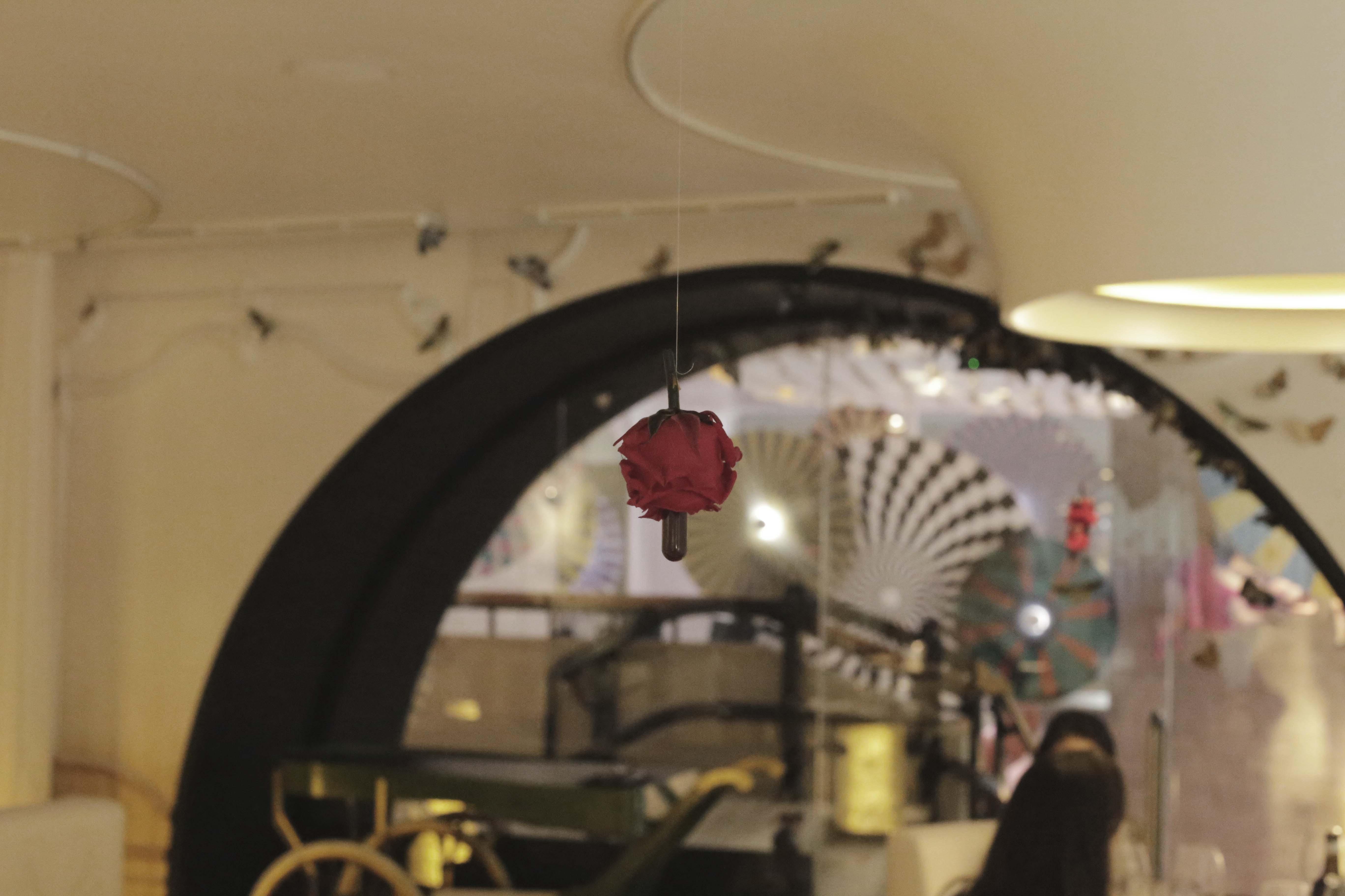 Detalle de la rosa colgante encima de cada mesa