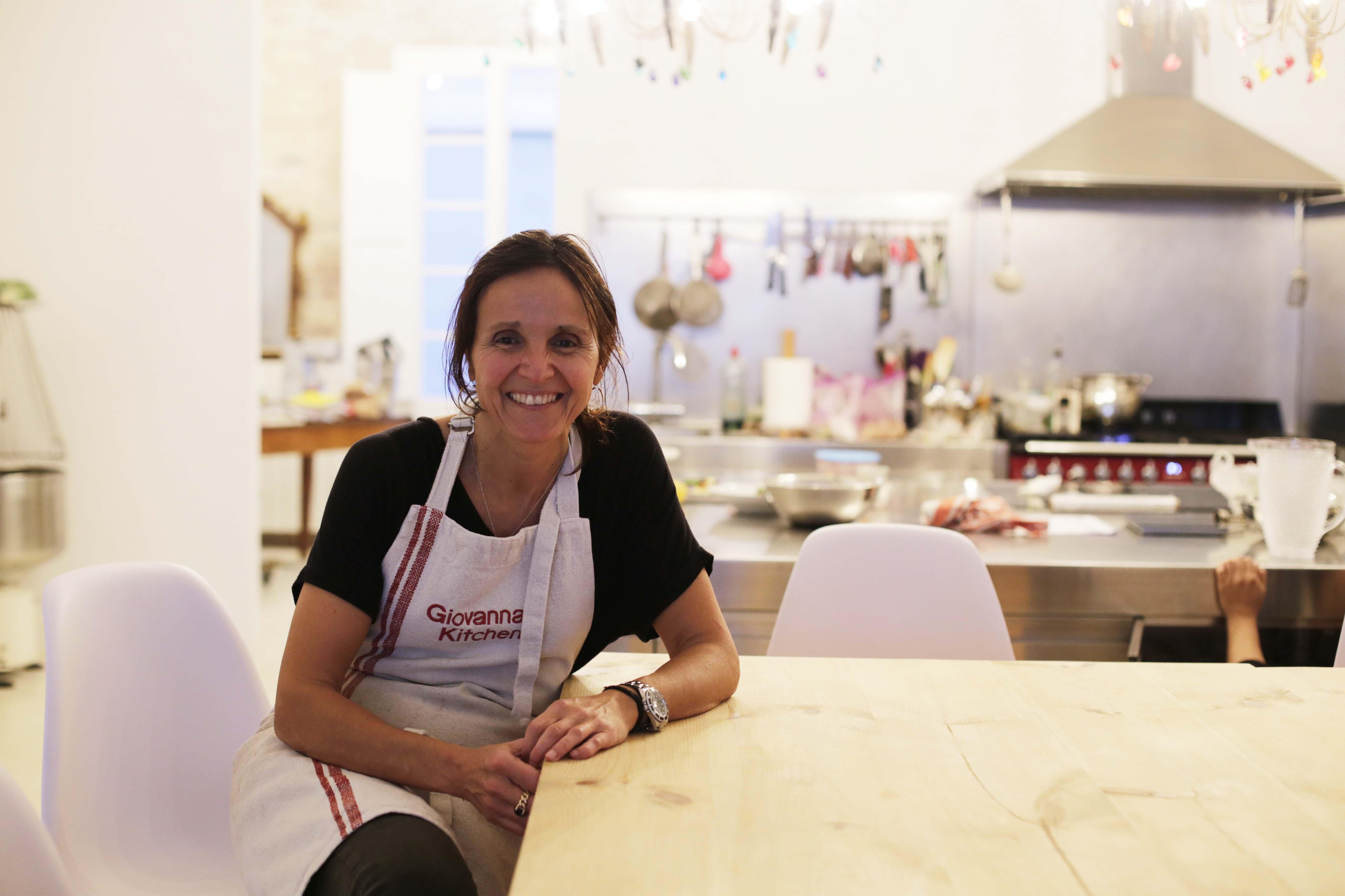 Giovanna en la cocina en la que imparte las clases