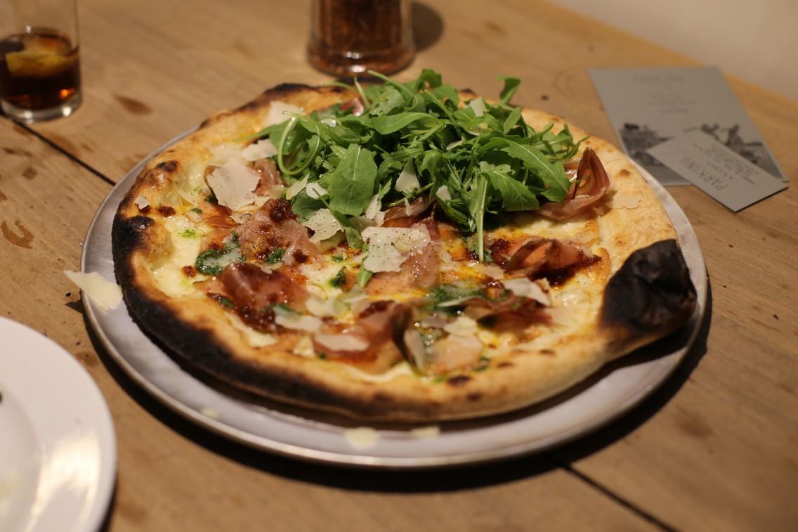 La pizza de speck, scamorza, rúcula y parmesano