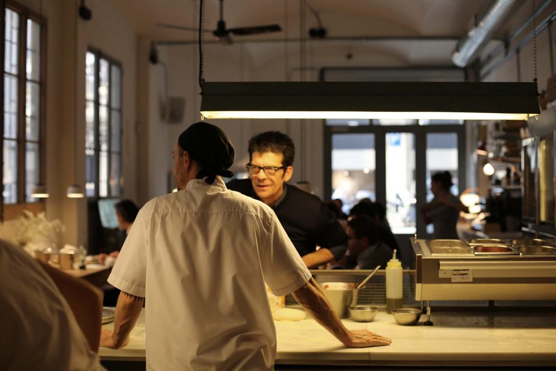 Marcos hablando con el maestro pizzero