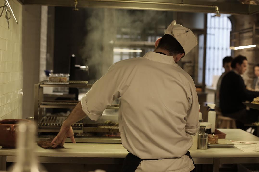 Un chef cocinando en la robatayaki