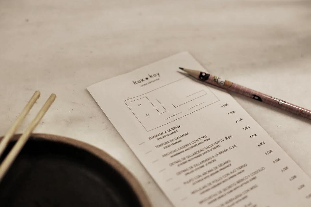 La carta del Kak Koy con la bonita ilustración de las mesas del restaurante