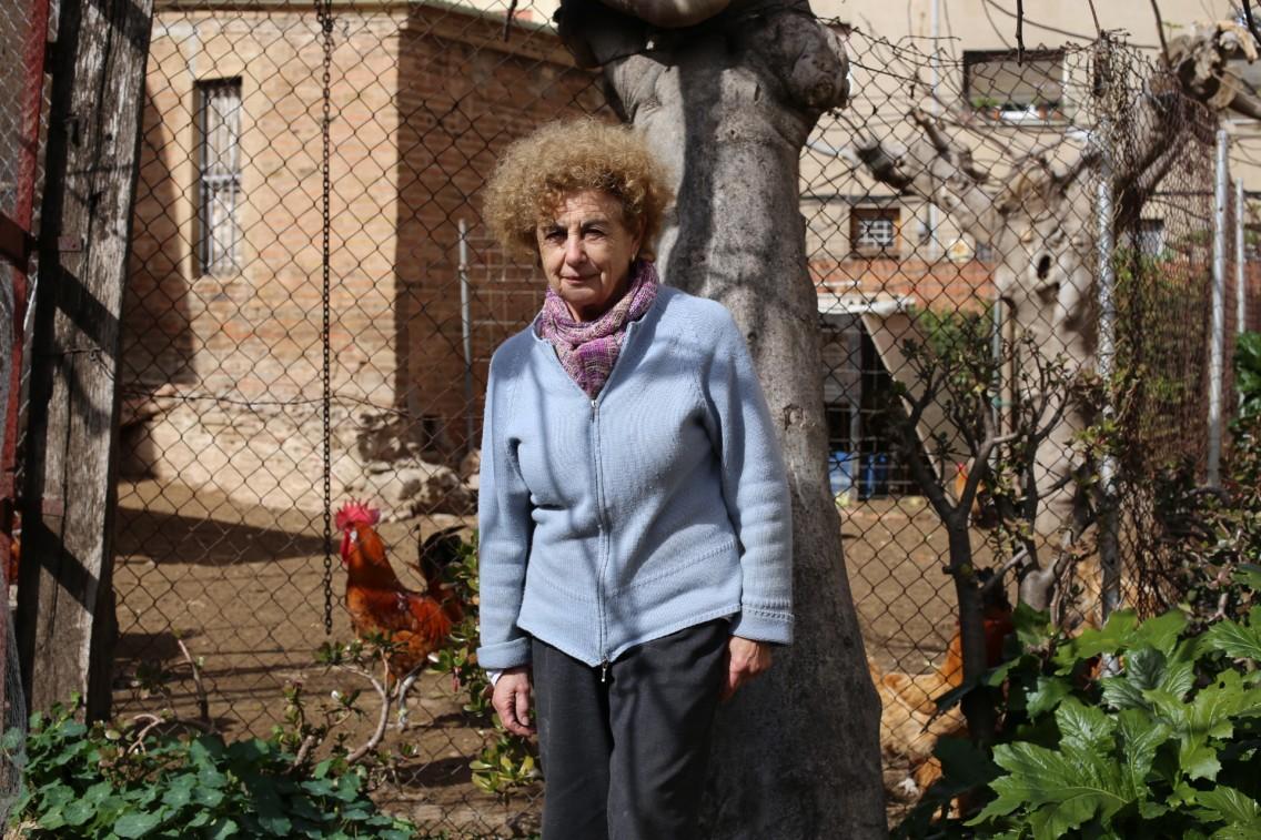 """Lola, propietaria de una de las pocas masías que crían """"potas blavas"""" en El Prat"""