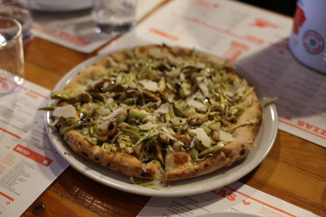 Las alcachofas recién cogidas por Xavi y puestas crudas sobre una pizza de Can Pizza