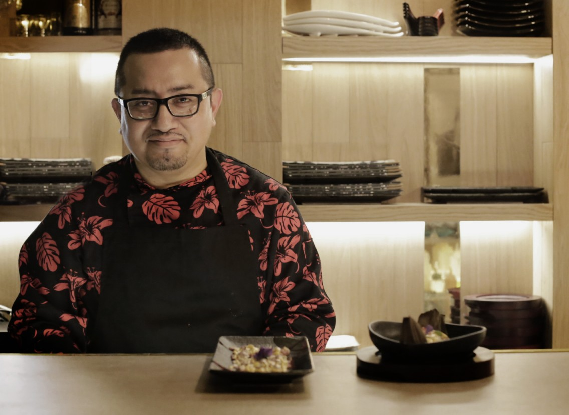 El chef Aldo detrás de la barra peruana del Kokka