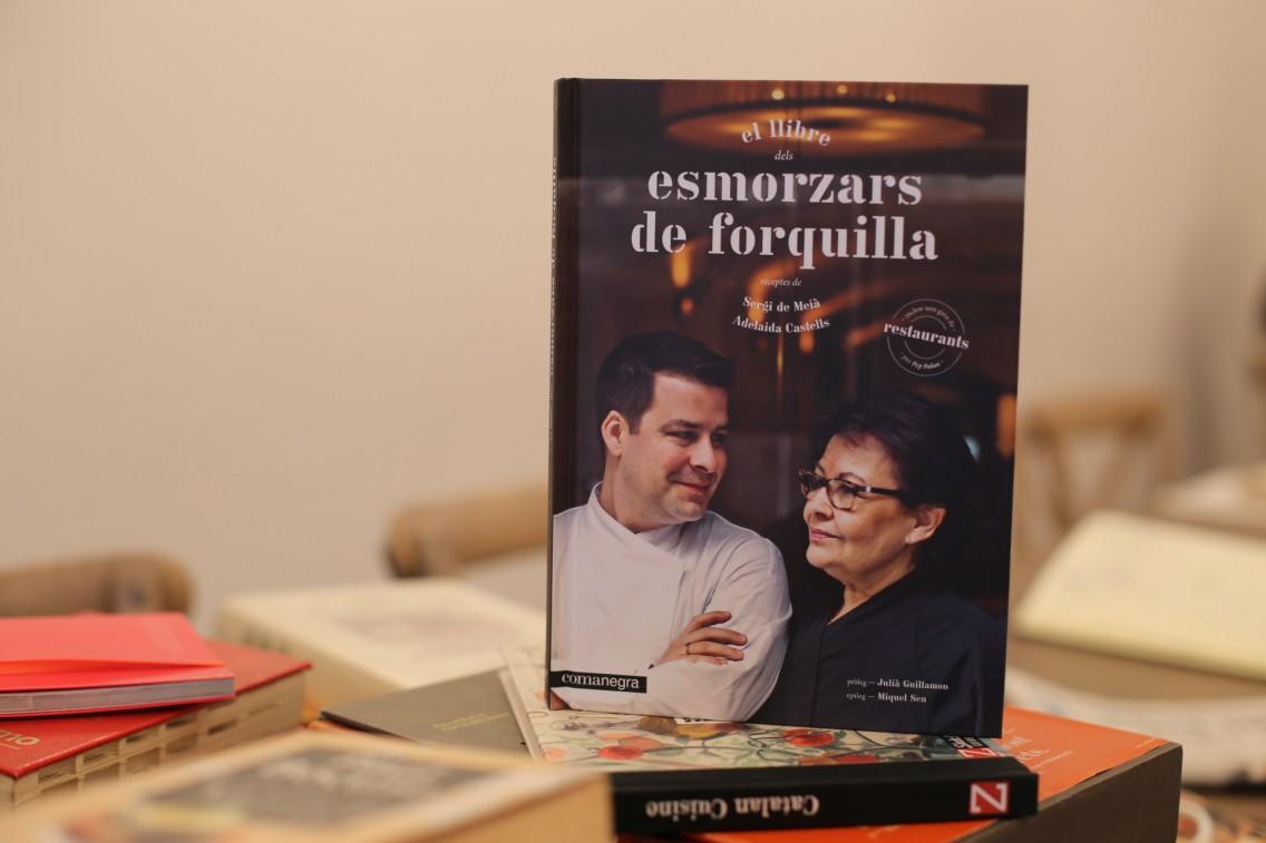 Sergi y su madre en la portada de su libro Esmorzars de forquilla