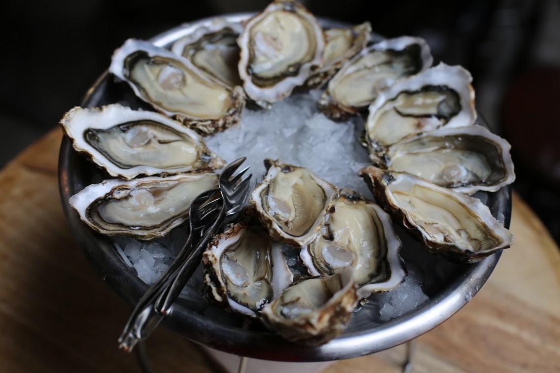 Uno de los suculentos platos de ostras del Joël Oyster Bar en Barcelona