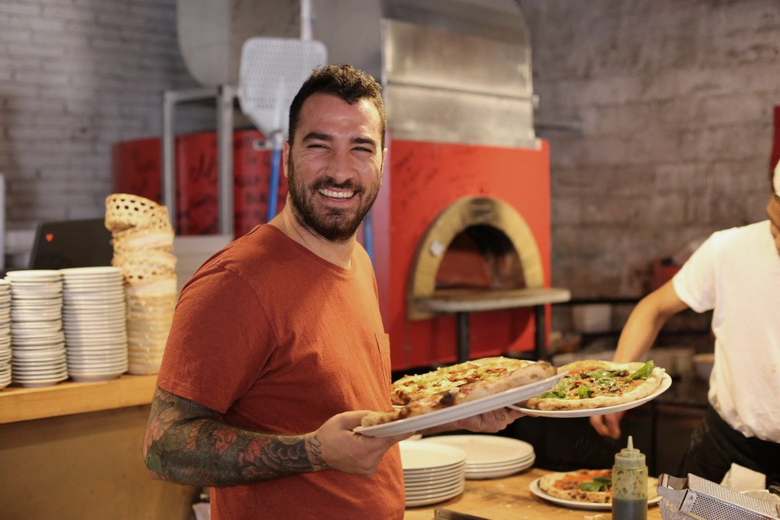Lolo a punto de servir las pizzas en el Can Pizza