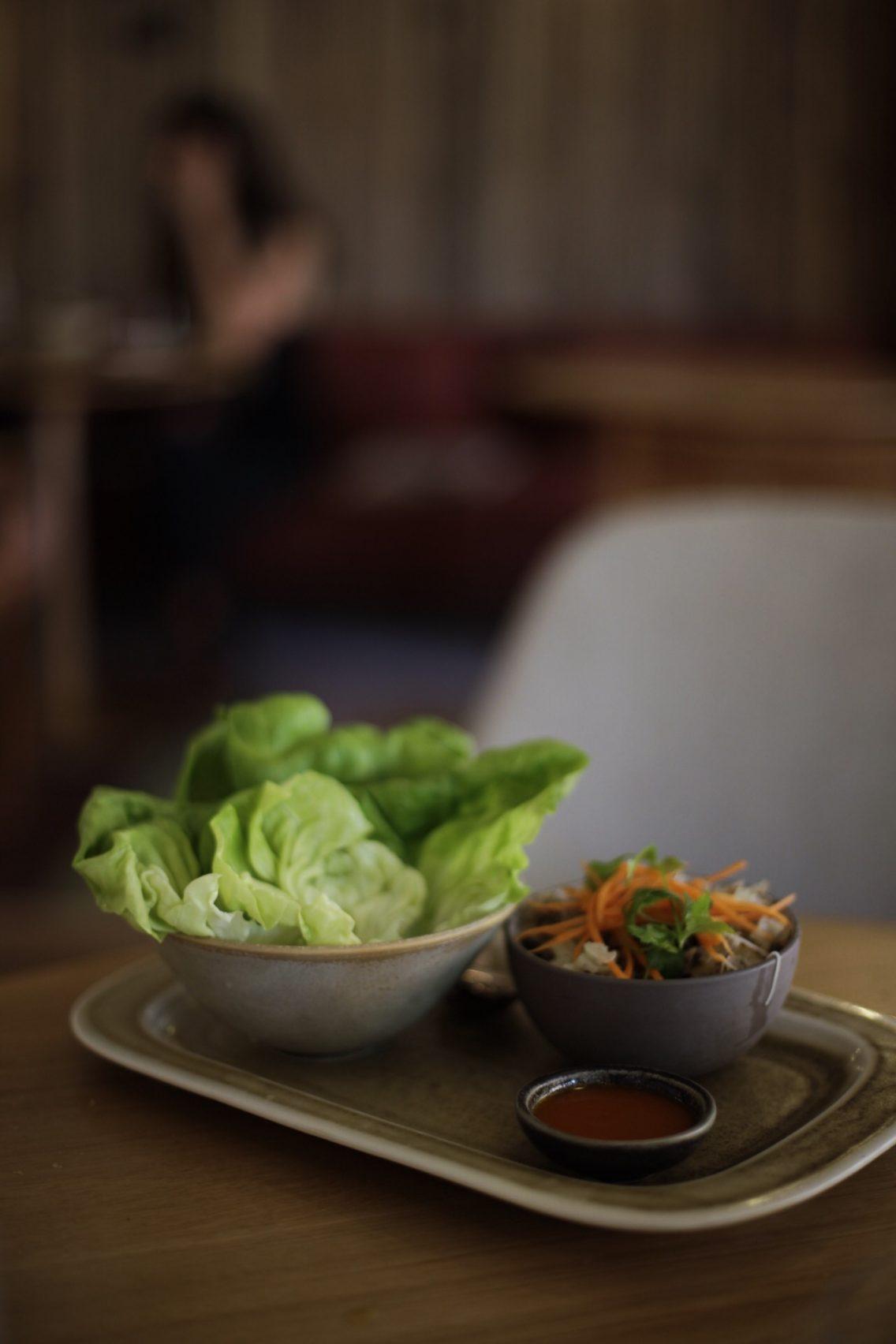 San choy bao. Hojas de lechuga con salteado de tofu, verduras y noodles con salsa coreana