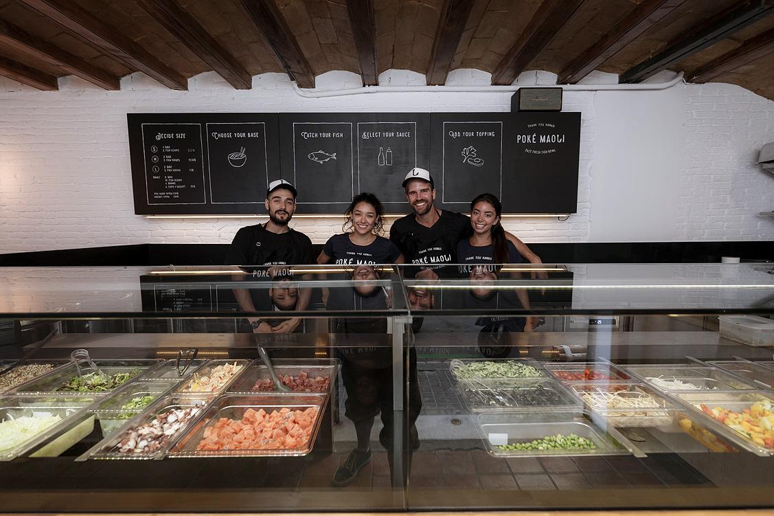 El equipo de Poké Maoli en su local de la Barceloneta