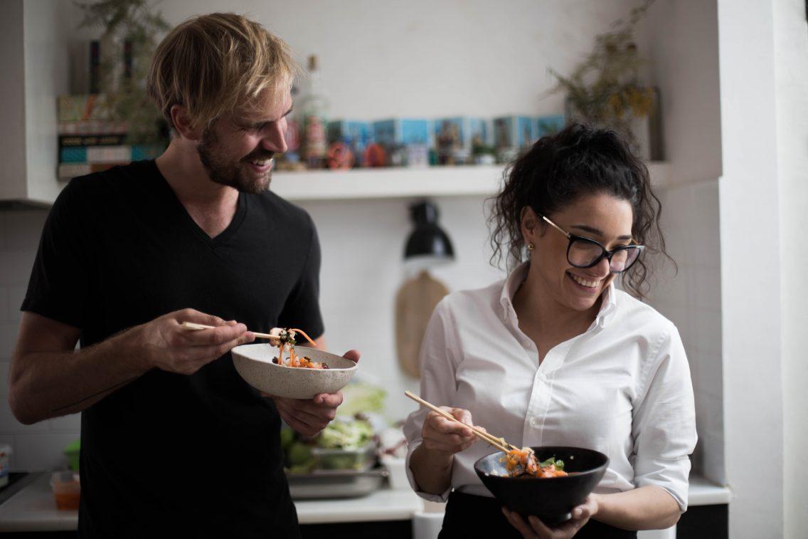 Oliver Moon y la chef Paola Pisciotti durante la sesión de fotos de Poké Maoli