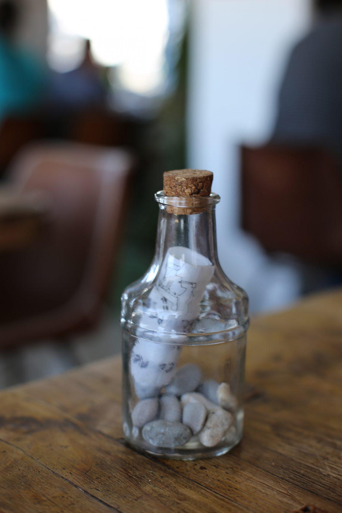 Message in a bottle (te las encuentras en las mesas con mensajes diferentes)